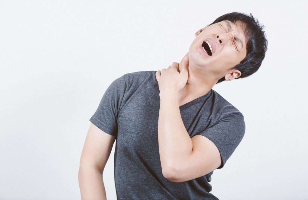 五十肩はなぜ起こるの?どんな症状?予防や治すための体操って?